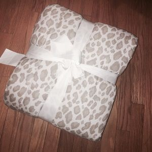 NWT Queen reversible leopard blanket